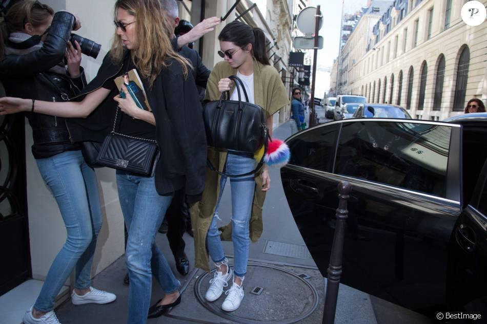 Kendall Jenner arrive chez Chanel à Paris, habillée d'un manteau kaki Erika Cavallini (collection printemps été 2016) et chaussée de baskets adidas