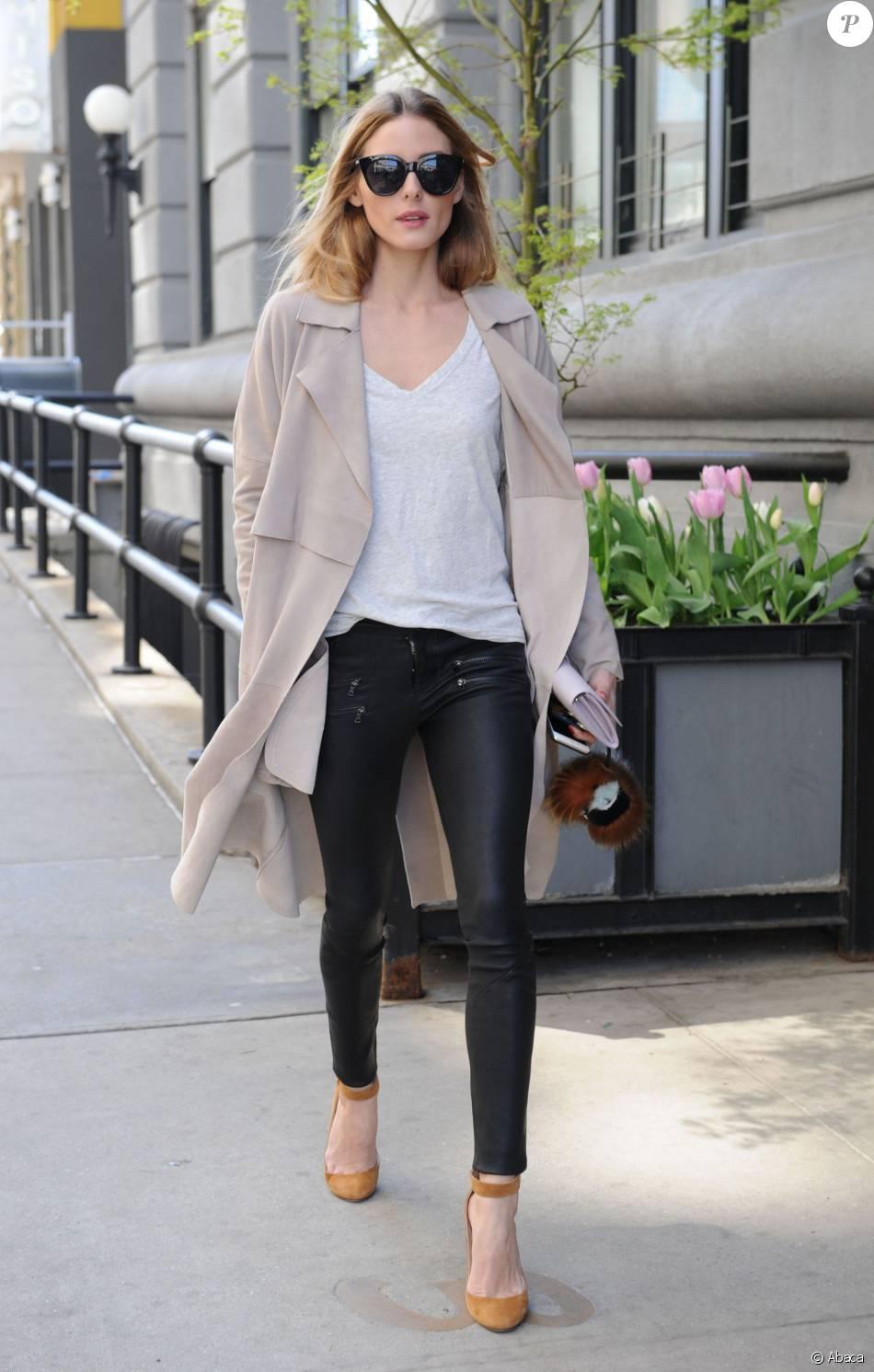 Olivia Palermo de sortie à New York, porte des lunettes de soleil Le Specs,  un pantalon PAIGE® et des sandales Jimmy Choo. Le 19 avril 2016. edca52cb4b9a