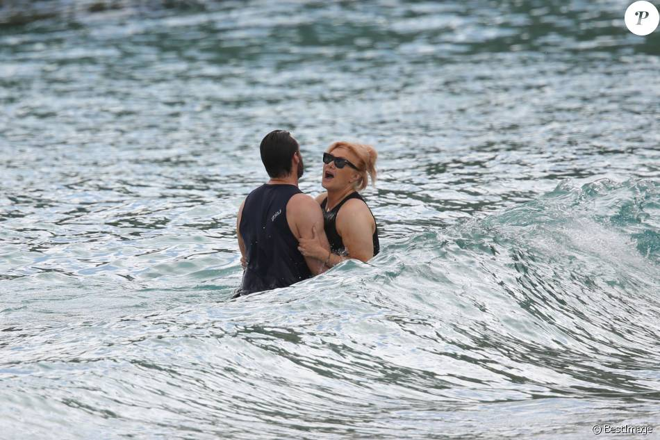 Hugh Jackman en vacances avec sa femme Deborra-Lee Furness à la plage à Saint-Barthélémy le 12 avril 2016