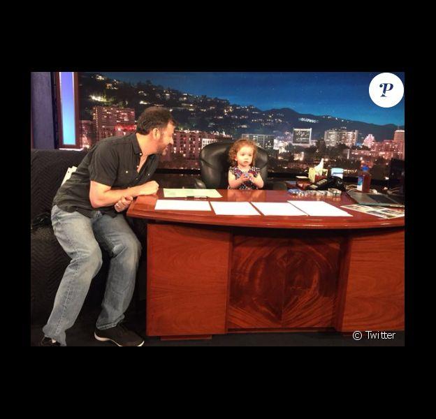 Sur son compte Twitter, Jimmy Kimmel a publié une photo de lui et sa fille Jane qui le remplace le temps d'une émission. Le 28 avril 2016