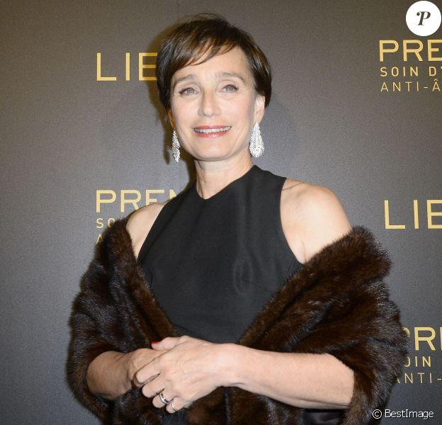 Kristin Scott Thomas à la soirée Lierac dans les salons de l'hôtel Peninsula à Paris le 1er octobre 2015