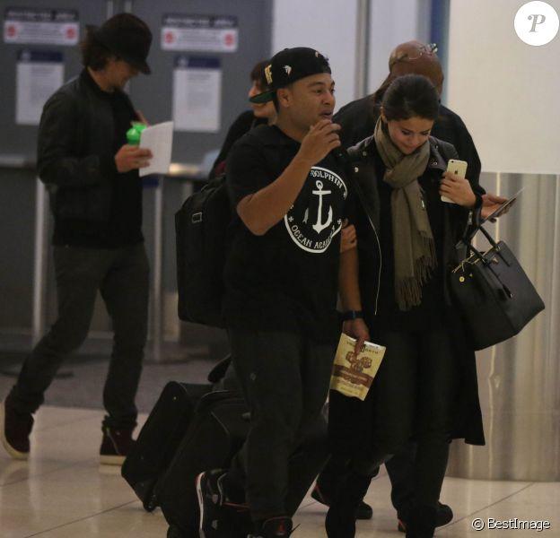 Exclusif - Orlando Bloom avec un chapeau et Selena Gomez (sac Prada modèle Saffiano) quittent l'aéroport de LAX à Los Angeles, le 20 octobre 2014
