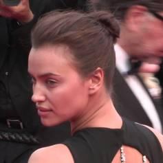 Irina Shayk lors de la montée des marches du film La Fille Inconnue