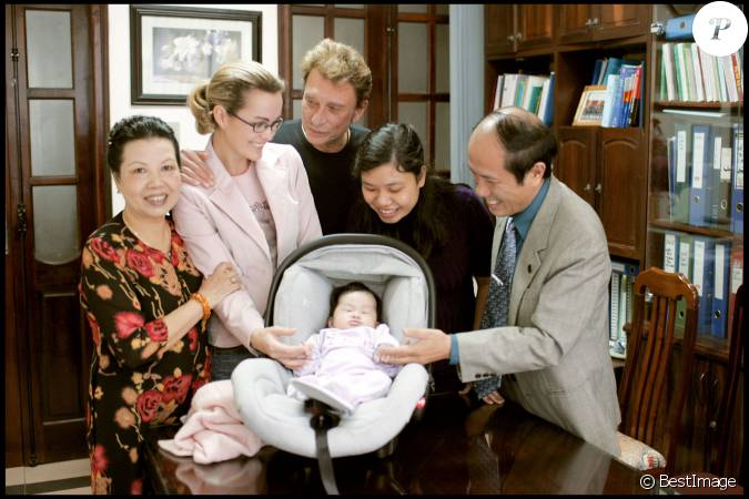 Exclusif johnny hallyday et laeticia l 39 orphelinat de phu tho au vietnam avec jade en 2004 - Helene darroze et son mari ...
