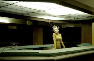 Gwen Stefani torride en body et cuissardes pour son clip