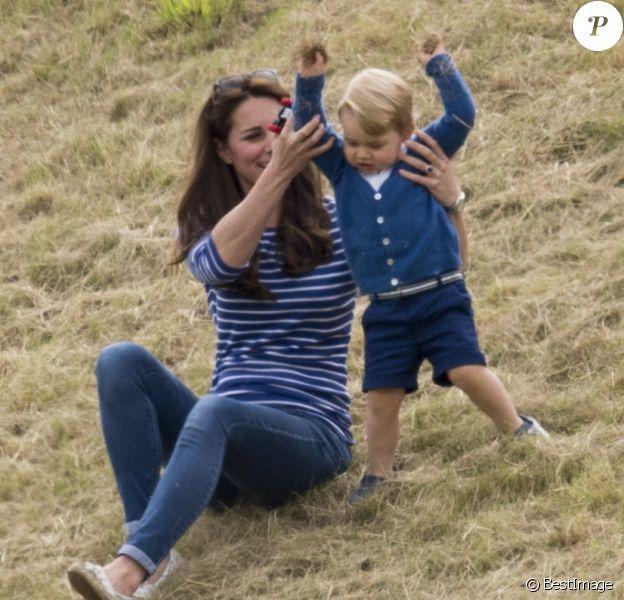 Kate Middleton avec le prince George de Cambridge lors d'un match de polo disputé par le prince William au Beaufort Polo Club de Tetbury le 14 juin 2015.