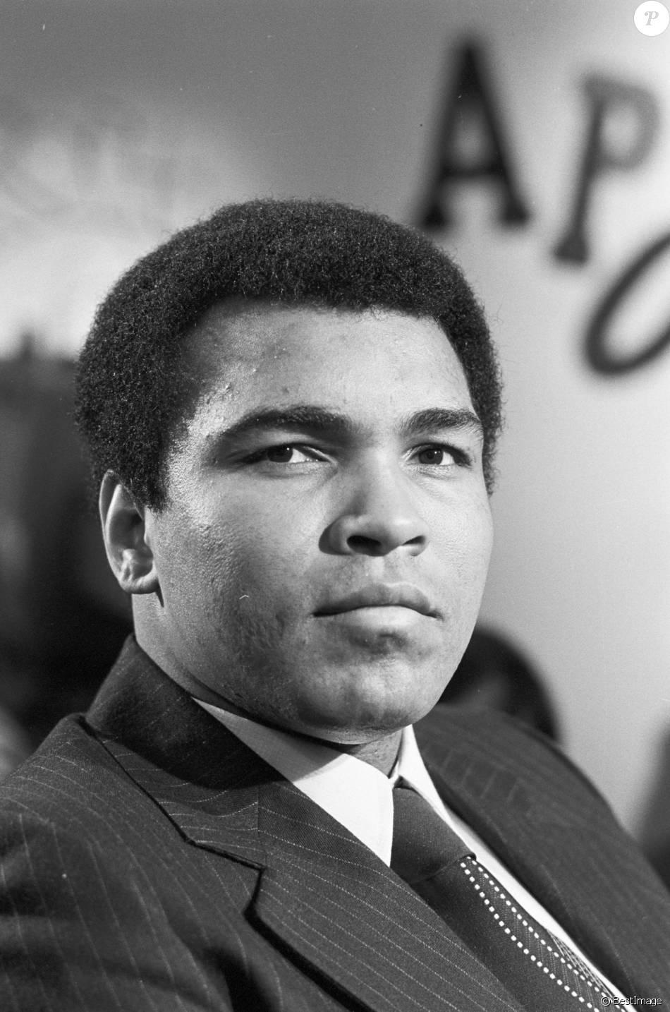 En France, à Paris, Mohamed Ali sur le plateau de l'émission Apostrophes le 8 mars 1976.