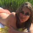 Torride en maillot de bain, Elizabeth Hurley fait tomber le haut et pose topless dans l'herbe. photo publiée sur Instagram, le 5 juin 2016