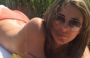 Liz Hurley toujours aussi bombesque à 50 ans : L'actrice en bikini tombe le haut