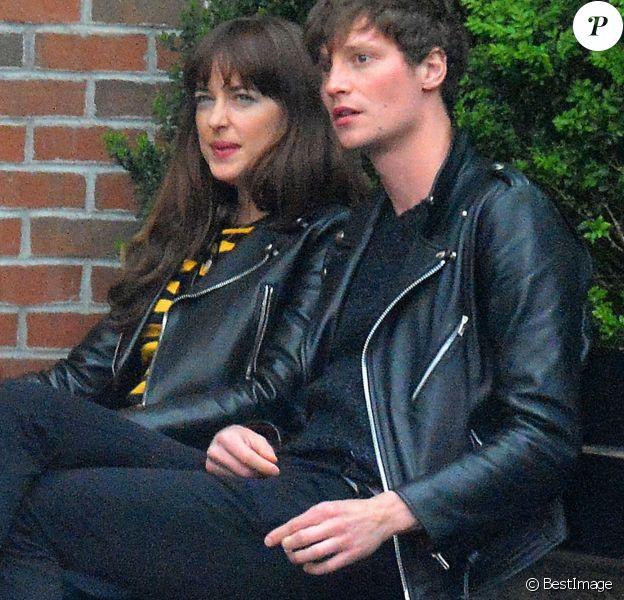 Exclusif - Dakota Johnson se promène avec Matthew Hitt et des amis, un jour de pluie, dans les rues de New York, le 1er mai 2016