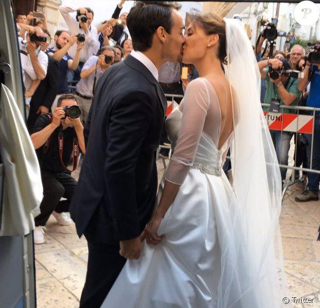 Flavia Pennetta et Fabio Fognini s'embrassent devant la basilique mineure Santa Maria Assunta lors de leur mariage le 11 juin 2016 à Ostuni, dans la province de Brindisi dans les Pouilles. Photo du compte Twitter de leur amie Sara Errani, invitée aux noces.