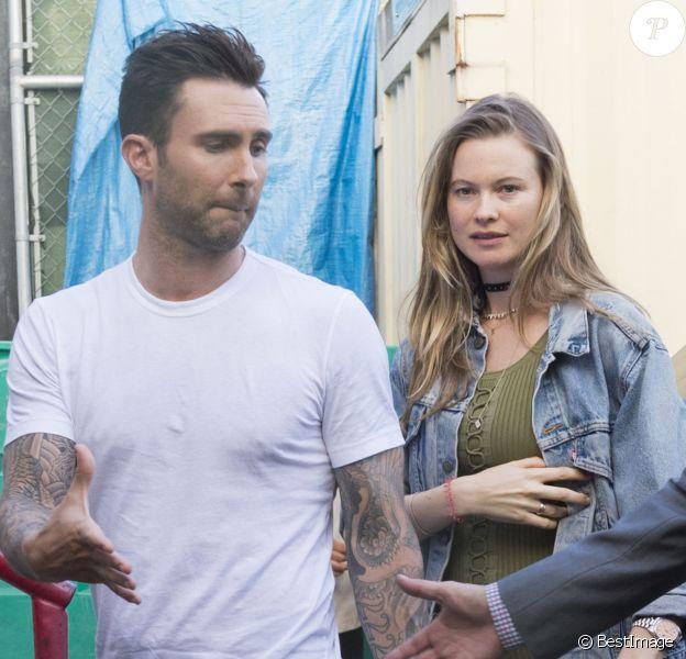 Adam Levine, chanteur de Maroon 5, et sa femme Behati Prinsloo, enceinte de 5 mois, vont dîner au restaurant Craig à West Hollywood le 3 mai 2016.