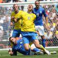 Zlatan Ibrahimovic taclé par Daniele De Rossi lors du match Italie - Suède cau Stadium de Toulouse. Toulouse, le 17 juin 2016. © Cyril Moreau/Bestimage