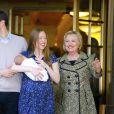 Chelsea Clinton à la sortie du Lenox Hill Hospital avec son nouveau_né Aidan, son mari Marc Mezvinsky et ses parents Hillary et Bill Clinton à New York, le 20 juin 2016.
