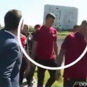 Cristiano Ronaldo : Sur les nerfs, il balance le micro d'un journaliste à l'eau