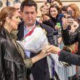 Céline Dion à la sortie de son hôtel Royal Monceau pose avec des fans à Paris le 18 juin 2016