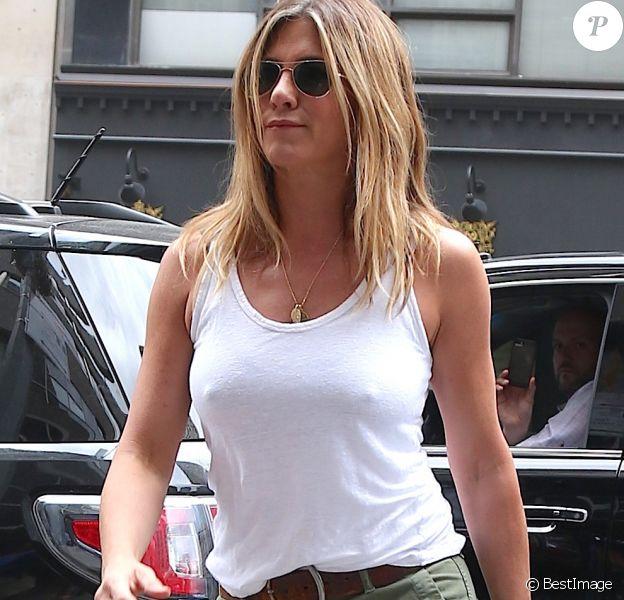 Jennifer Aniston, tétons apparents dans la rue à New York, le 23 juin 2016.