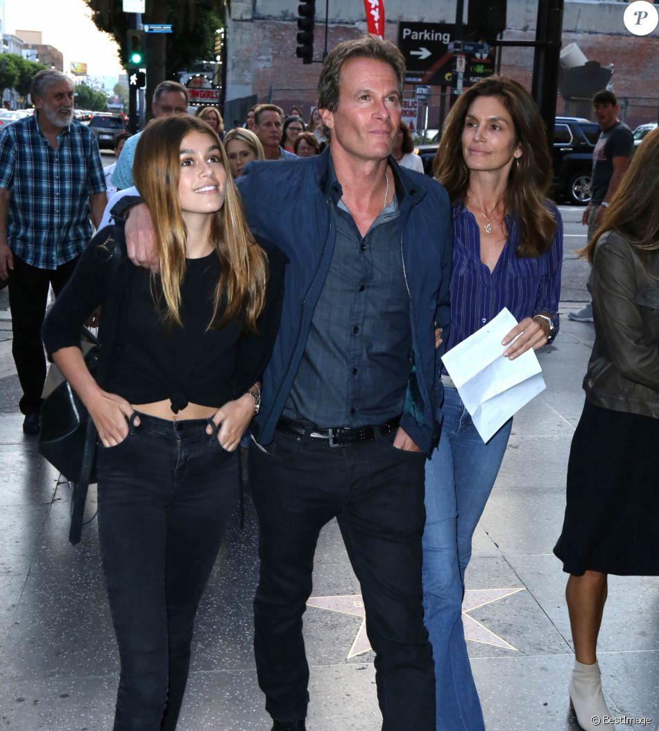 Balade en famille pour Cindy Crawford, son mari Rande Gerber et leur fille Kaia à Los Angeles le 28 juin 2016.