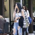 Exclusif - La fille de Michael Jackson, Paris Jackson attend en fumant une cigarette une table pour déjeuner avec des amies au restaurant à Los Angeles, le 16 janvier 2016.