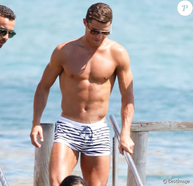 Cristiano Ronaldo très proche d'une jolie brune à Ibiza le 3 juin 2016.