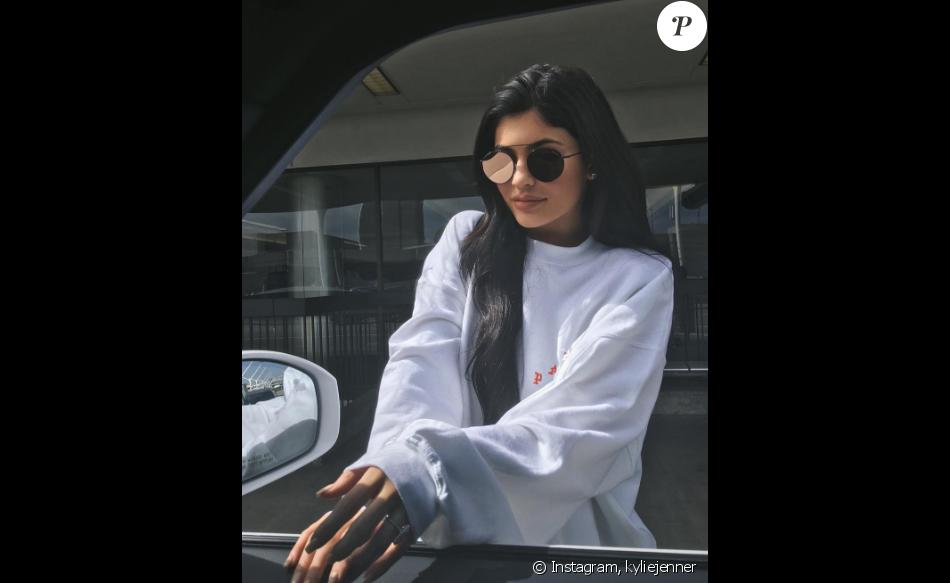 Kylie Jenner la bague au doigt sur une photo d'elle publiée sur sa page Instagram, le 9 juillet 2016