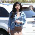 Kylie Jenner s'est arrêtée au restaurant japonais Kabuki avec une amie à Woodland Hills. La starlette de télé-réalité en a profité pour signer des autographes et poser avec ses fans. Le 23 juin 2016