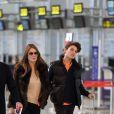 Liz Hurley et son fils Damian à l'aéroport de Marbella, le 18 février 2016.