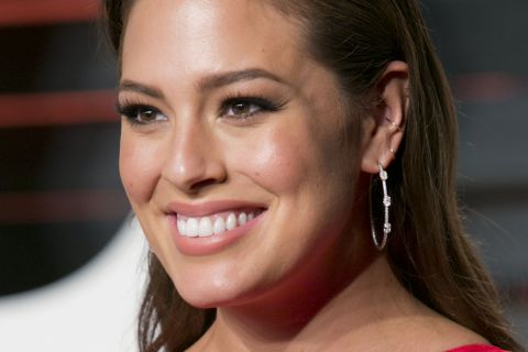 Ashley Graham : Plus assez ronde ? Le top provoque la colère...