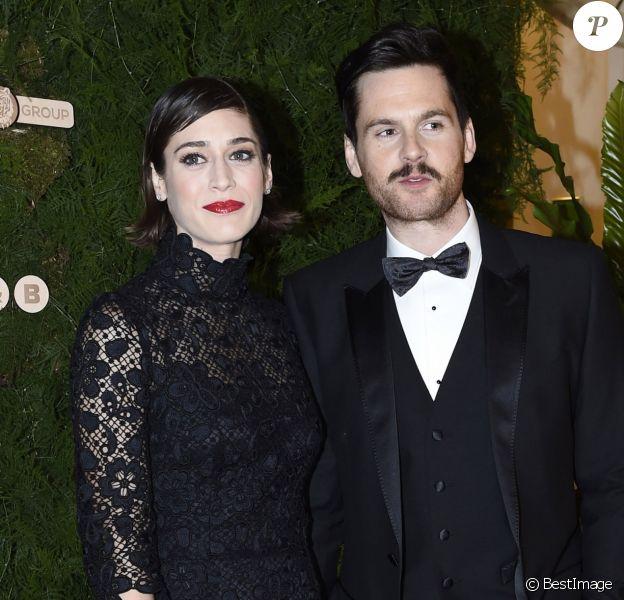 Lizzy Caplan et son compagnon Tom Riley à l'Opera Ball de Prague le 6 février 2016.