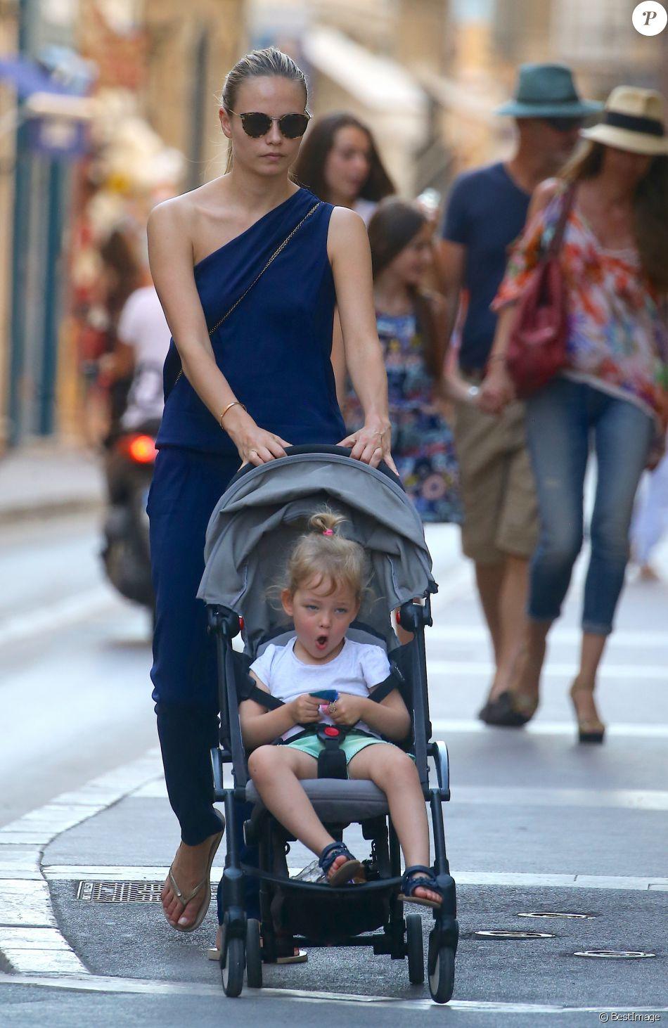 La mannequin russe Natasha Poly (Natalya Sergeyevna Polevchtchikova) se promène avec sa fille, Aleksandra Christina Bakker, dans les rues de Saint-Tropez, France, le 26 juillet 2016. © Agence/Bestimage
