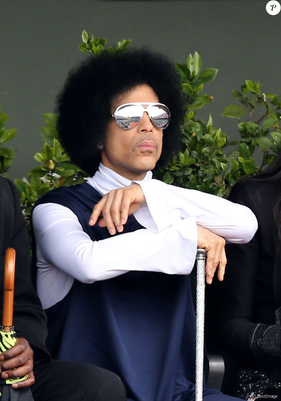 Le chanteur Prince assiste au match entre Rafael Nadal et Dusan Lajovic lors des Internationaux de France de tennis de Roland Garros à Paris, le 2 juin 2014.