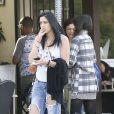 Exclusif - Prix Spécial - La fille de Michael Jackson, Paris Jackson attend en fumant une cigarette une table pour déjeuner avec des amies au restaurant à Los Angeles, le 16 janvier 2016.