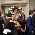 Maria Diamante Marzotto soutenue par des proches aux obsèques de sa mère Marta Marzotto en l'église Sant'Angelo à Milan le 1er août 2016