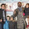 Lucien Jean-Baptiste et ses enfants à Paris le 24 novembre 2013.