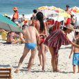 Alessandra Ambrosio profite d'un après-midi ensoleillé sur la plage de Rio de Janeiro. Le 6 août 2016.