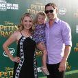Beverley Ann Mitchell avec son mari Michael Cameron et sa fille Kenzie Lynne Cameron à la première de Pete's Dragon au théâtre El Capitan à Hollywood, le 8 août 2016