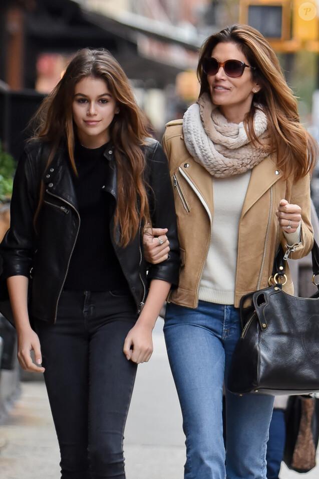 Exclusif - Cindy Crawford se promène avec sa fille Kaia Jordan Gerber dans les rues de New York, le 22 novembre 2015