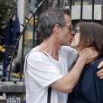Exclusif - Carice Van Houten, enceinte et son compagnon Guy Pearce vont en rendez-vous dans une clinique spécialisée en gymnastique médicale (Mensendieck) à Amsterdam, le 29 juillet 2016