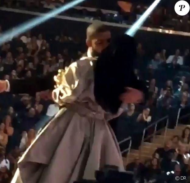 Rihanna et Drake s'embrassant sur la scène des MTV Video Music Awards le 28 août 2016