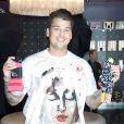 """Rob Kardashian fait la promo de sa ligne de chaussettes """"Arthur George"""" aux cotes de mere Kris Jenner au Kardashian Khaos Shop a Las Vegas le 16 mars 2013."""