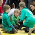 Kate Middleton et le prince William ont achevé leur journée d'activités publiques en Cornouailles, le 1er septembre 2016, sur la plage Towan, à Newquay, à l'occasion d'une session d'initiation au surf organisée par l'association Wave Project.
