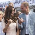 Le duc et la duchesse de Cambridge font le signe de Shaka. Kate Middleton et le prince William ont achevé leur journée d'activités publiques en Cornouailles, le 1er septembre 2016, sur la plage Towan, à Newquay, à l'occasion d'une session d'initiation au surf organisée par l'association Wave Project.