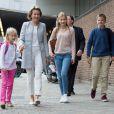 """""""La reine Mathilde de Belgique accompagne ses enfants la princesse héritière Elisabeth (14 ans), le prince Gabriel (13 ans) et la princesse Eleonore (8 ans) le 1er septembre 2016 pour leur rentrée au Collège Sint-Jan Berchmans. Pendant ce temps-là, le roi Philippe accompagnait leur fils le prince Emmanuel à l'Institut Eureka de Kessel Lo, près de Louvain."""""""