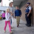 """""""Mathilde de Belgique accompagne ses enfants la princesse héritière Elisabeth (14 ans), le prince Gabriel (13 ans), en secondaire, et la princesse Eleonore (8 ans), en primaire, le 1er septembre 2016 pour leur rentrée au Collège Sint-Jan Berchmans. Pendant ce temps-là, le roi Philippe accompagnait leur fils le prince Emmanuel à l'Institut Eureka de Kessel Lo, près de Louvain."""""""