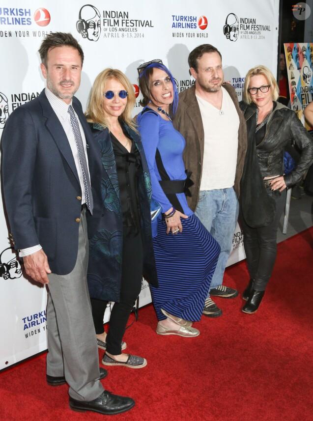 """Alexis Arquette entourée de David Arquette, Rosanna Arquette, Richmond Arquette et Patricia Arquette lors de l'ouverture du festival du film indien 2014 avec la projection du film """"Sold"""" aux ArcLight Cinemas à Hollywood, le 8 avril 2014."""