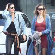 Lily Aldridge et Behati Prinsloo enceinte font du shopping entre amies à West Hollywood. Elles retrouvent plus tard Rosie Huntington-Whiteley pour déjeuner. Le 30 mars 2016