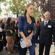 """Bella Hadid à Milan, porte une tenue House of Harlow 1960 x REVOLVE(veste boyfriend """"Chloe"""" et brassière en V """"Bailey"""").Le 22 septembre 2016."""