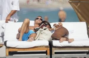 REPORTAGE PHOTOS : Naomi Campbell, câlins amoureux sur un transat à Miami !