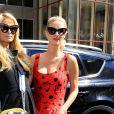 Paris Hilton et sa soeur Nicky au défilé Jeremy Scott pendant la New York fashion week le 12 septembre 2016.