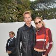 """Daria Strokous et son ami arrivant au défilé de mode """"Elie Saab"""", collection prêt-à-porter Printemps-Eté 2017 à Paris, le 1er octobre 2016"""